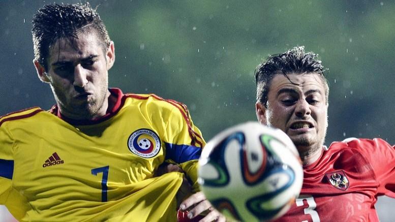 Doru Popadiuc (S), de la Romania Under 19, se lupta pentru balon cu Daniel Rosenbichler (D), de la Austria Under 19, in timpul unui meci amical, disputat in Bucuresti, joi, 5 iunie 2014. LAURENTIU MICH / MEDIAFAX FOTO